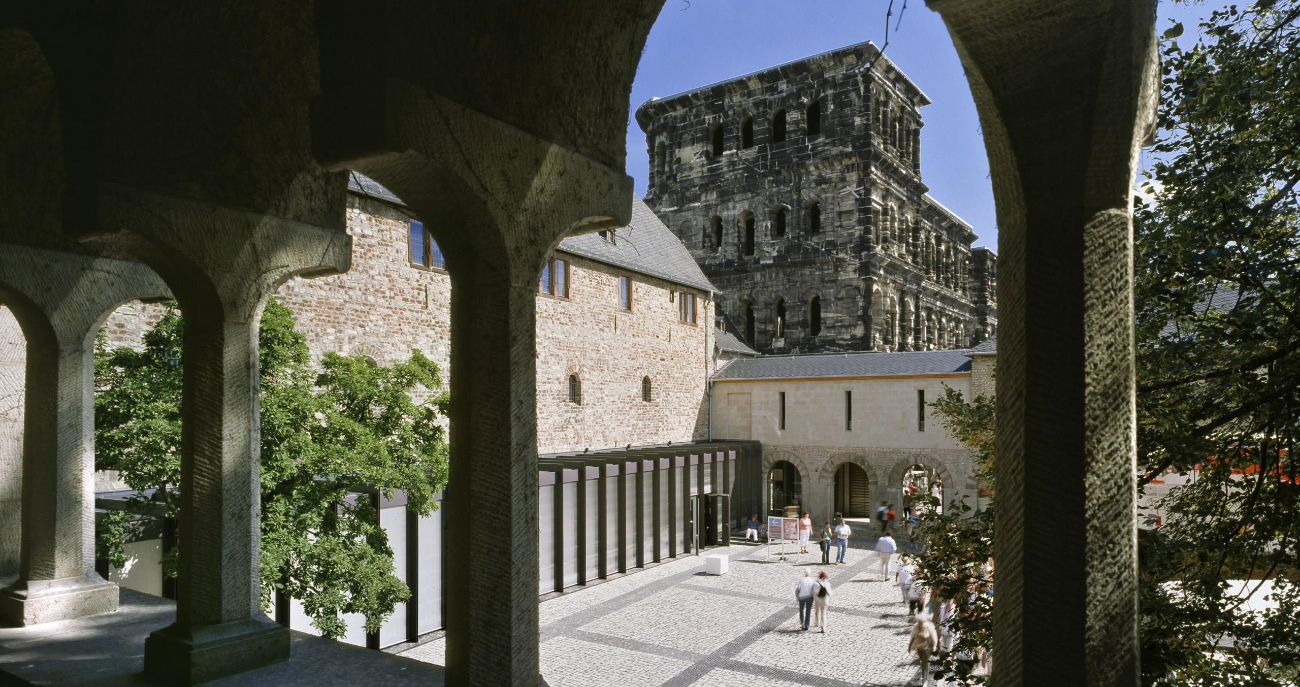 Zu sehen ist der Innenhof des Stadtmuseums im Sonnenlicht.
