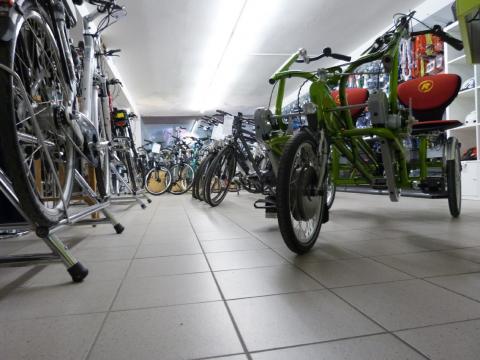 Mehrere Fahrräder auf einer Verkaufsfläche.