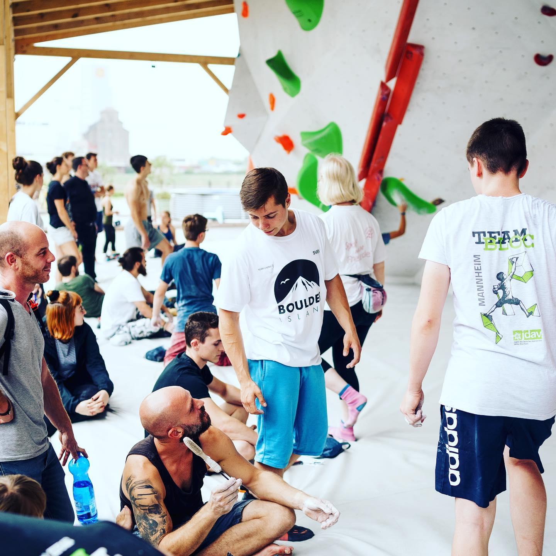 Eine Boulderhalle mit kletternden Menschen