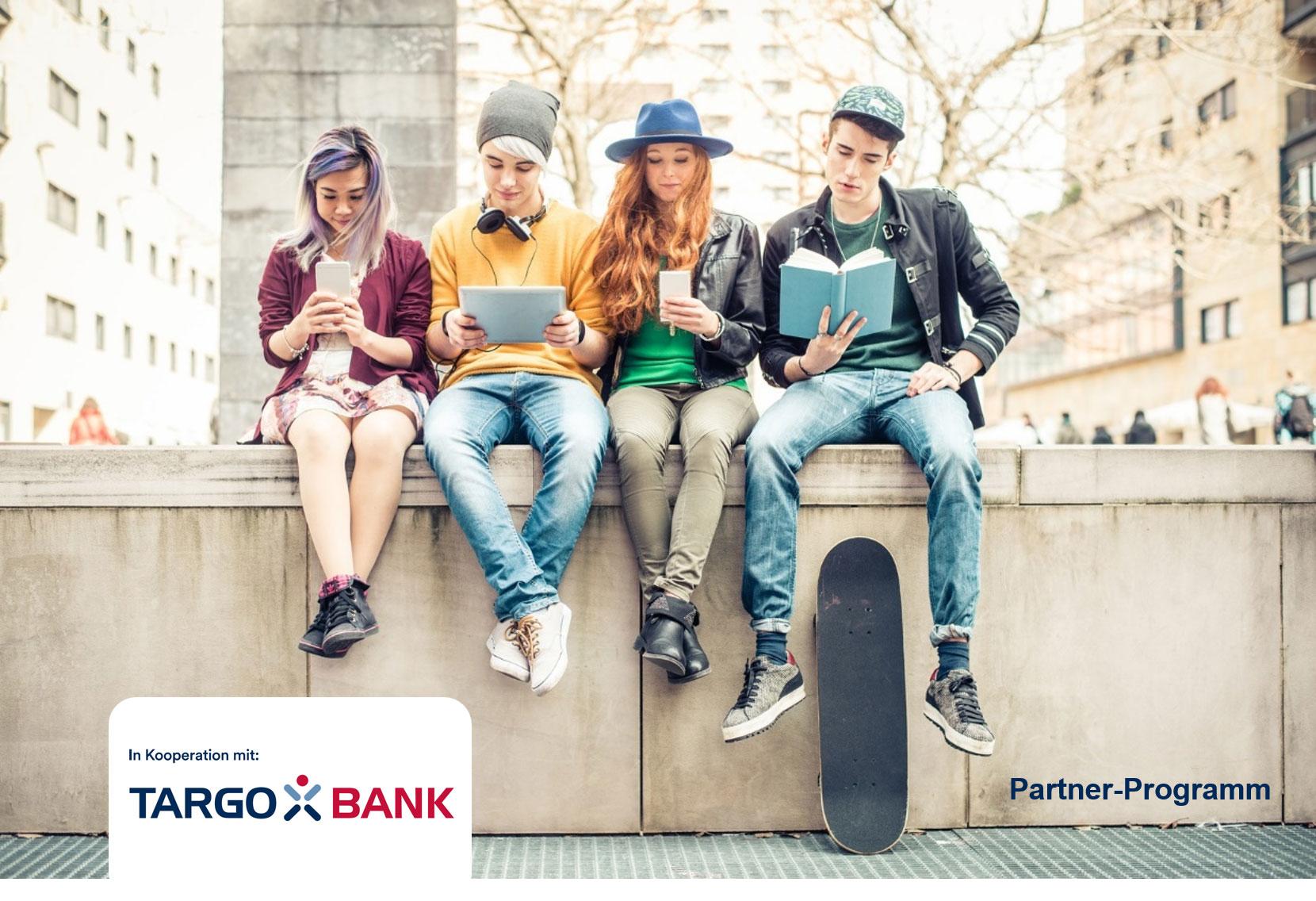 Jugendliche sitzen zusammen und lesen in Büchern, auf Smartphones und auf dem Tablet