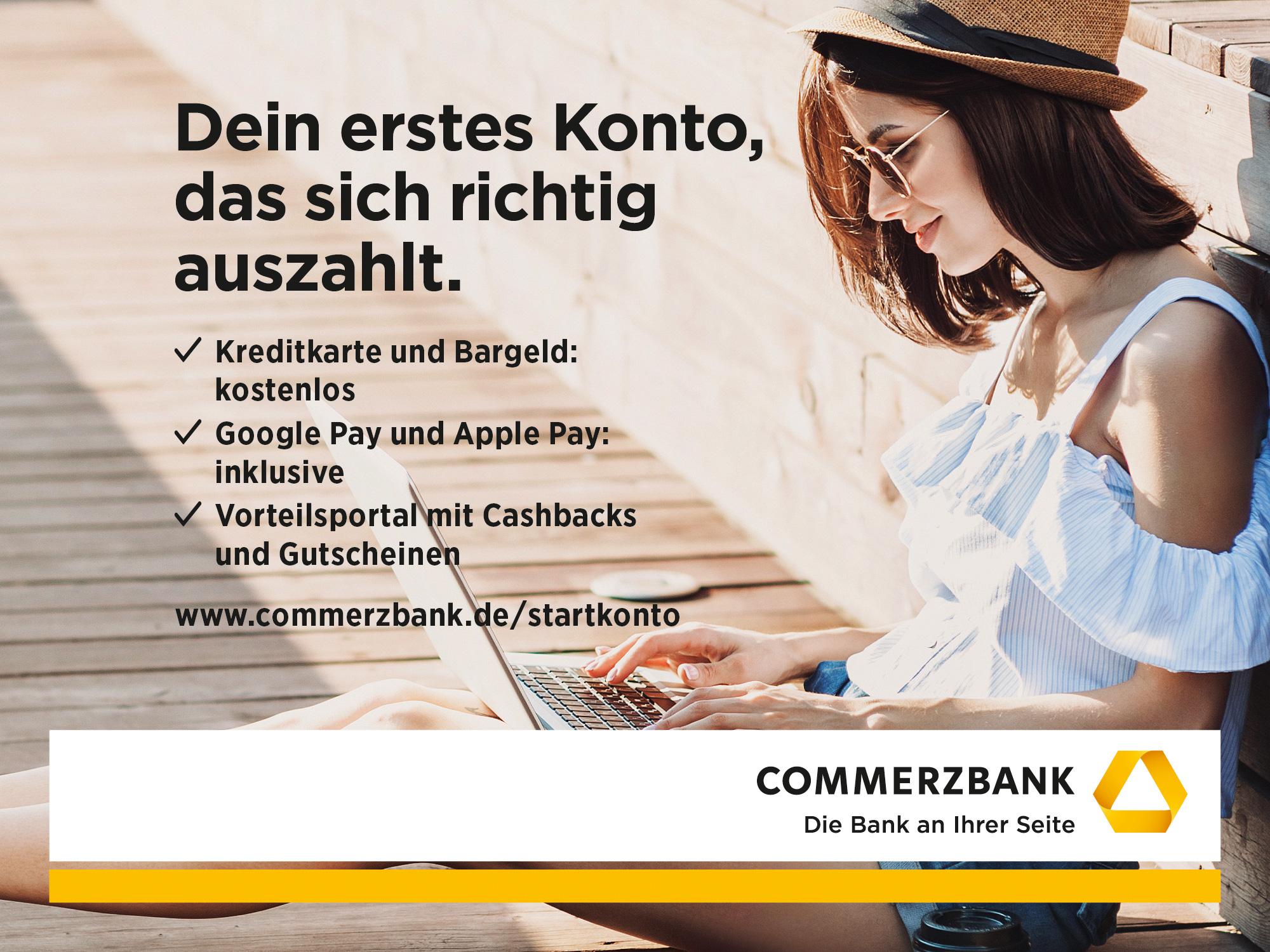 Commerzbank AG - Frau am Computer mit Informationen zum StartKonto